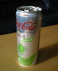 En burk Coca Cola light plus green tea